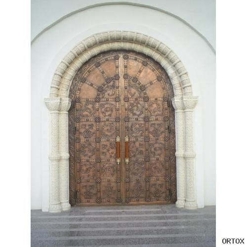 Входная дверь в Бутовском храме